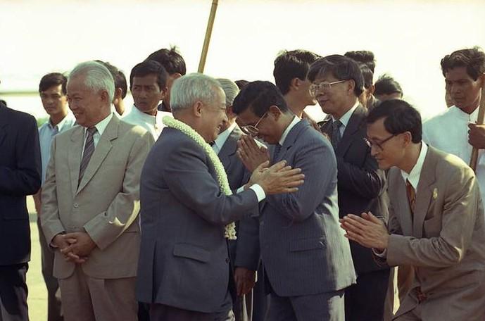 Sihanouk-greets-politic-001_web