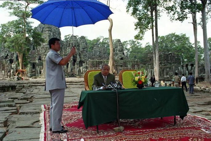 Sihanouk_press_conf_Bayon_1101_web