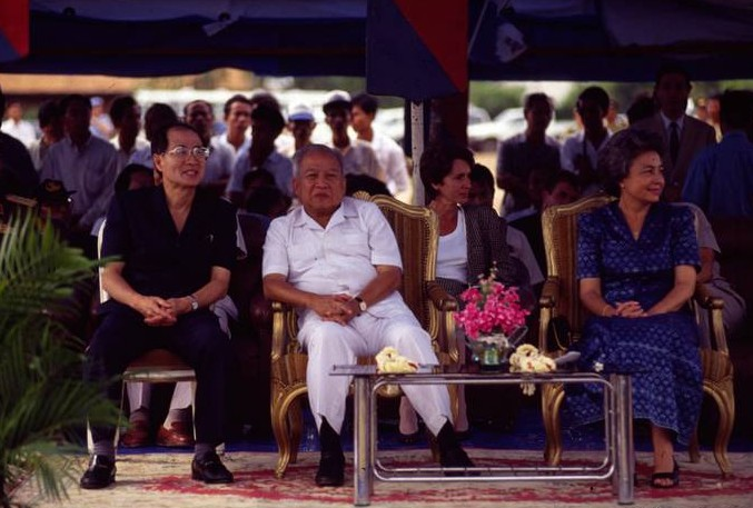 akashi_sihanouk_monique_01_web