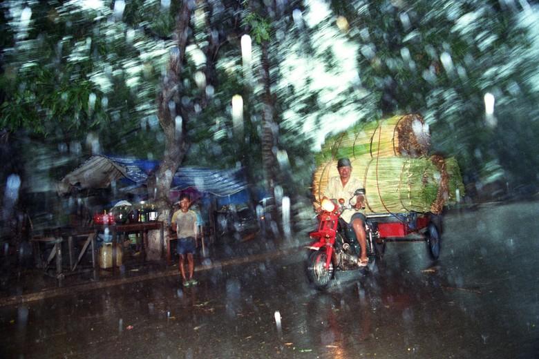 Pnh_street_scene_rainy_season_201_01_print