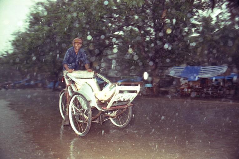 cyclo-sous-la-pluie-001_web